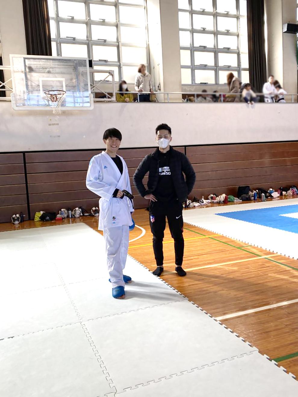 練習会に指導員として参加する早田と五明選手